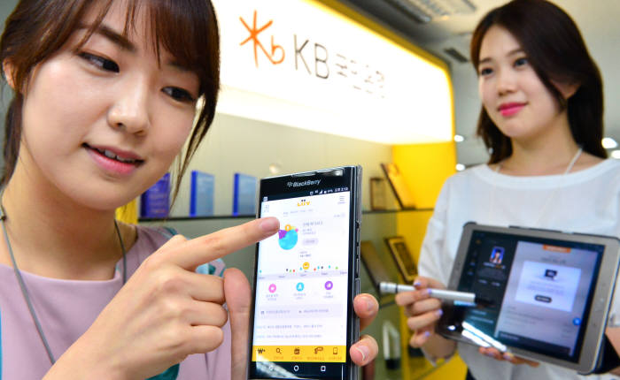 It is confirmed that KB Bank's mobile banking is being used the most out of all commercial banks' Smart Banking systems.  An employee from KB Bank's Smart Strategy Department is demonstrating mobile life financial platform called 'Liiv'.  Staff Reporter Yoon, Seonghyeok | shyoon@etnews.com