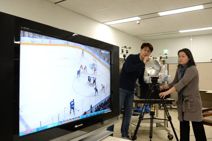 PhD Kim Joong-bin (left) and Senior Researcher Hong Joo-yeon of ETRI are working on demonstration that sends TV signals wirelessly by using rotated radio waves.